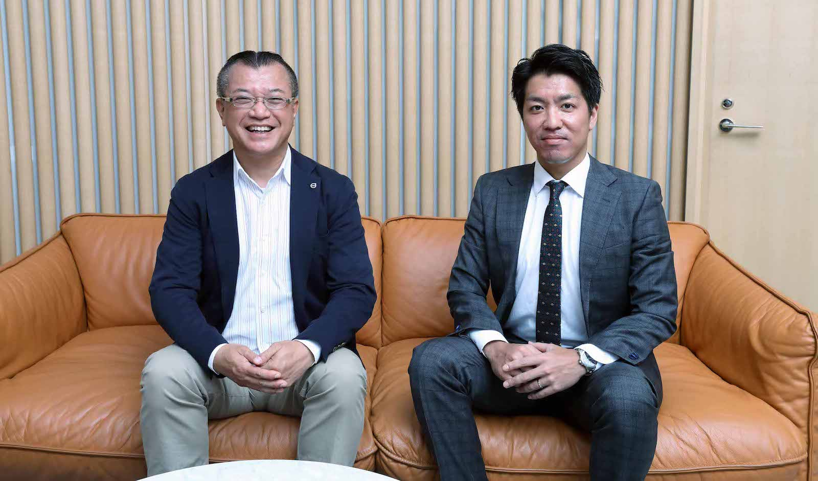 ソファーに座る、ボルボ・カー・ジャパン 関口 憲義氏(左)と電通デジタル 下川 幸亮氏(右)