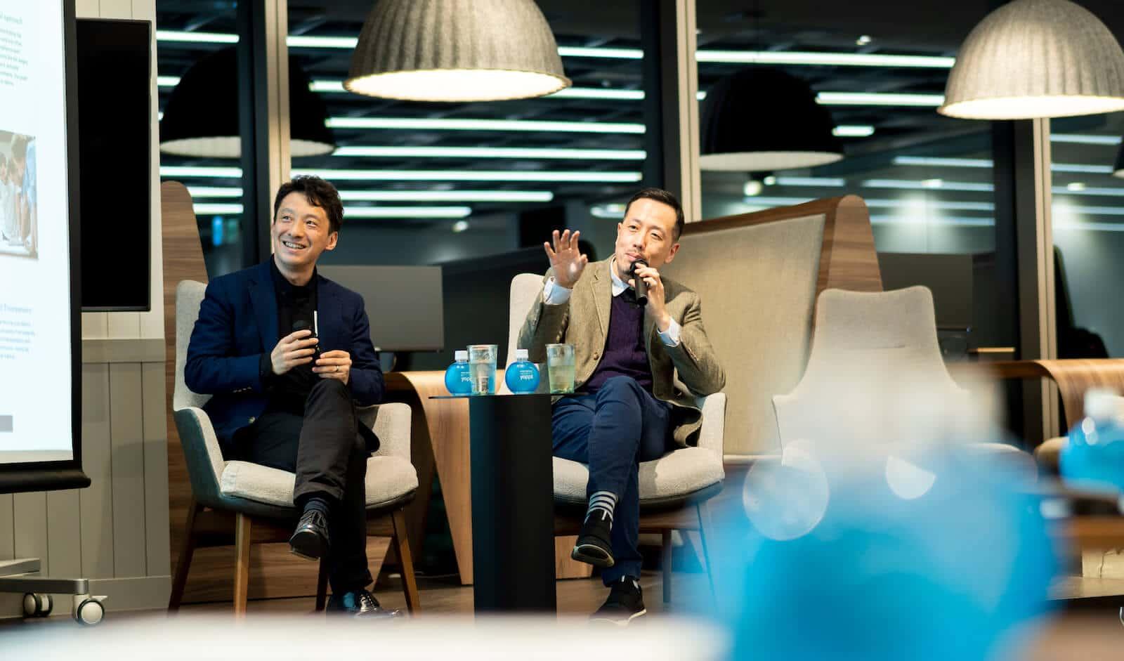 壇上で話す奥谷孝司氏(株式会社顧客時間 共同CEO)と伴大二郎氏(式会社オプト エグゼクティブ・スペシャリストパートナー)