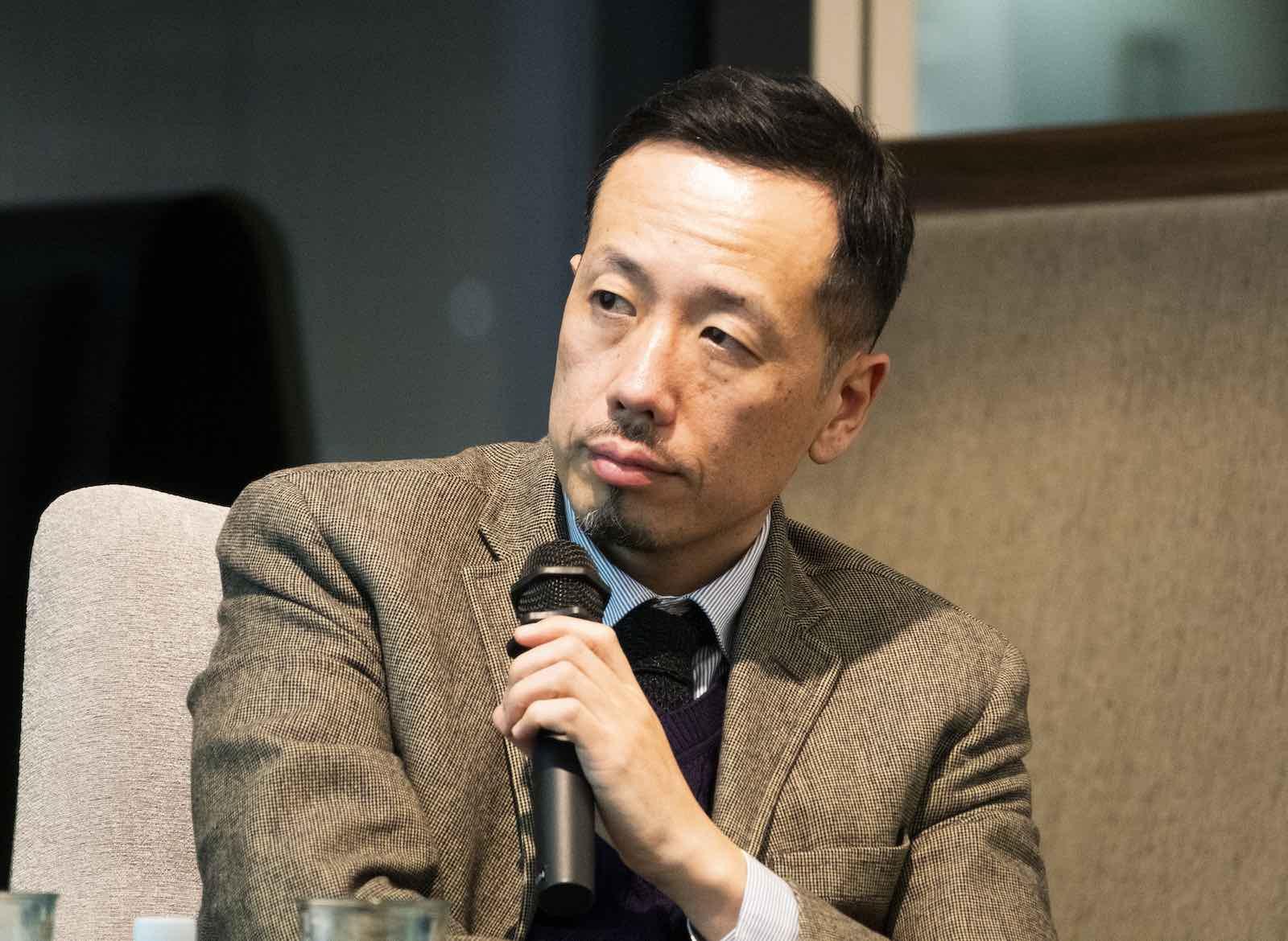 右手にマイクを持つ奥谷孝司氏(株式会社顧客時間 共同CEO)