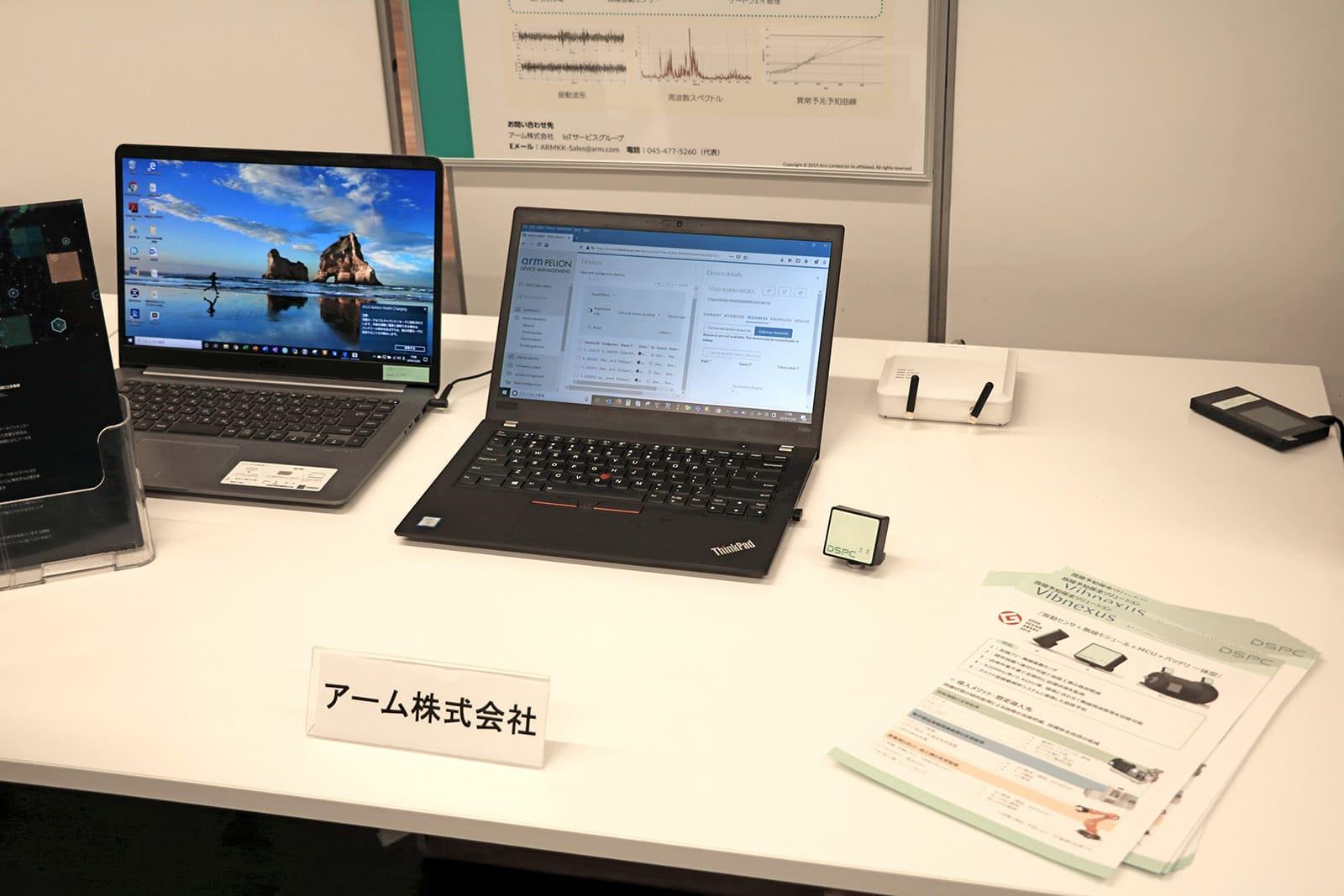 「エネルギーハーベスティング対応回転機器予知保全ソリューション」のデモの様子。真中央のノートPCの右側にある箱型のデバイスが無線振動センサーモジュール Vibnexusである。