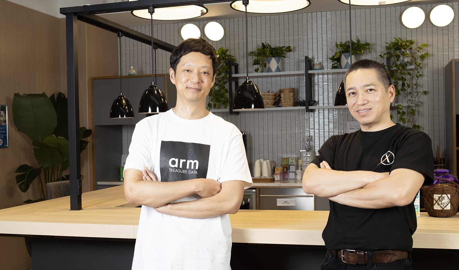 X-TANKコンサルティング CEO 伊藤嘉明氏(右)、トレジャーデータ株式会社 エバンジェリスト 若原強(左)
